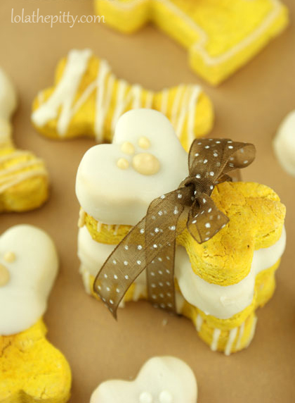 Lola's Homemade Pumpkin Dog Biscuits - @lolathepitty www.lolathepitty.com