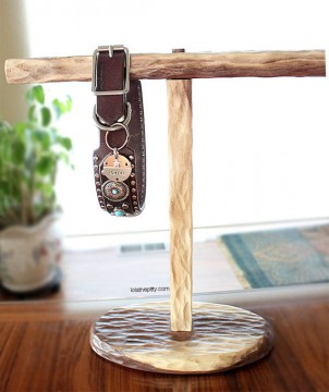 lola-dog-collar-stand
